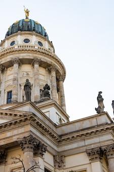 De franse kerk van friedrichstadt bevindt zich in berlijn op de gendarmenmarkt tegenover de nieuwe kerk, neue kirche, deutscher dom