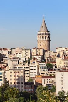 De galata-toren is een middeleeuwse stenen toren in istanbul, turkije Premium Foto