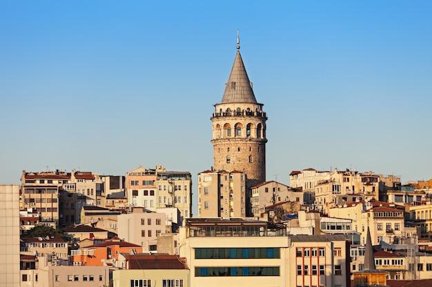 De galata-toren is een middeleeuwse stenen toren in istanbul, turkije