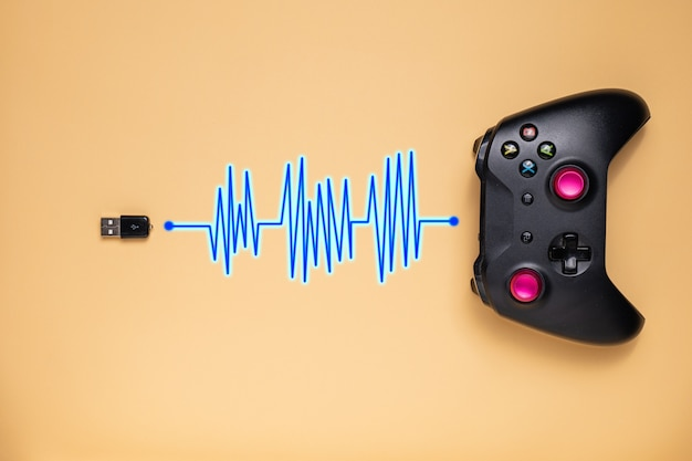 De game-joystick is verbonden met de transceiver, klaar voor gebruik met alle knoppen en hendels.