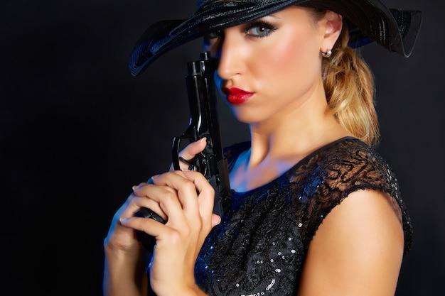 De gangsterstijl van de maniervrouw met pistool