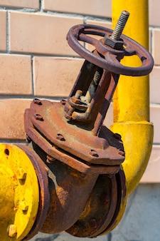 De gasleiding, gele klep en gele leidingen.
