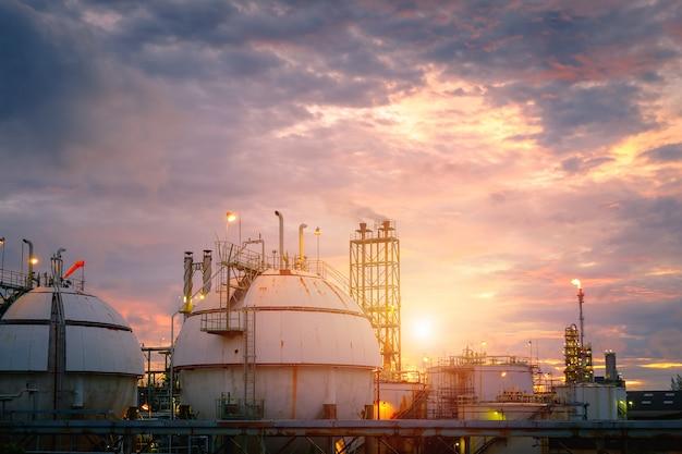 De gasopslagtank van de raffinaderij bij zonsondergang