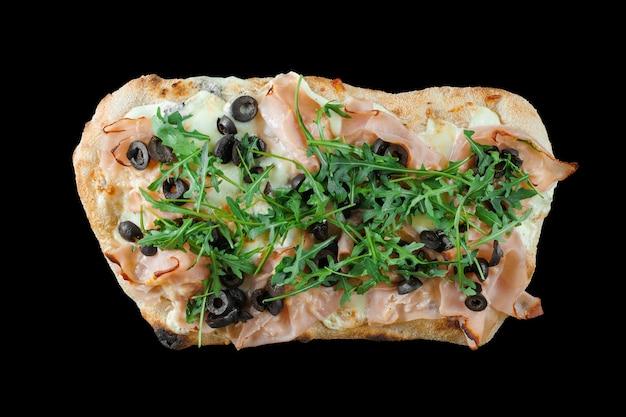 De gastronomische italiaanse keuken van pinsa romana op zwarte achtergrond. scrocchiarella traditioneel gerecht.