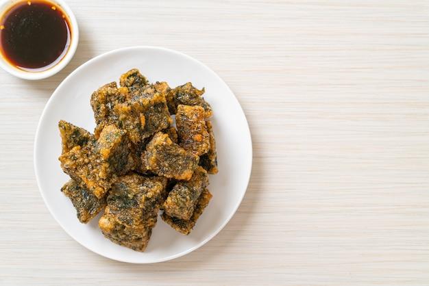 De gebakken chinese cake van de bieslookbol. aziatische eetstijl