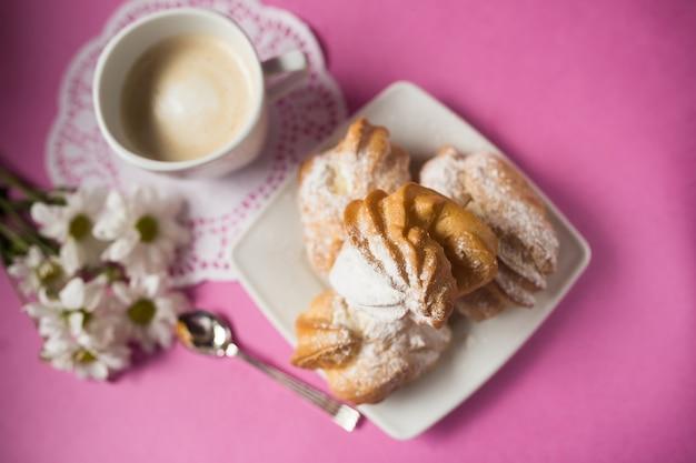 De gebakken koekjes van de koekjessuiker op roze achtergrond