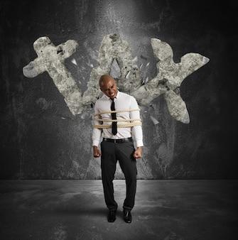De gebonden zakenman wordt verpletterd en onderdrukt door gewichtsbelastingen
