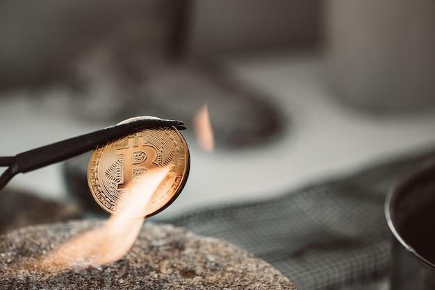 De geboorte van cryptocurrency close-up foto van hete nieuwe bitcoin-munt gemaakt in werkplaats