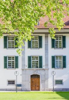 De gebouwen van de kasteelkerk in interlaken. de binnenplaats van de kasteelkerk
