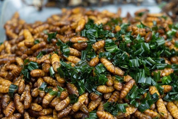 De gebraden markt van het insecten thaise straatvoedsel.