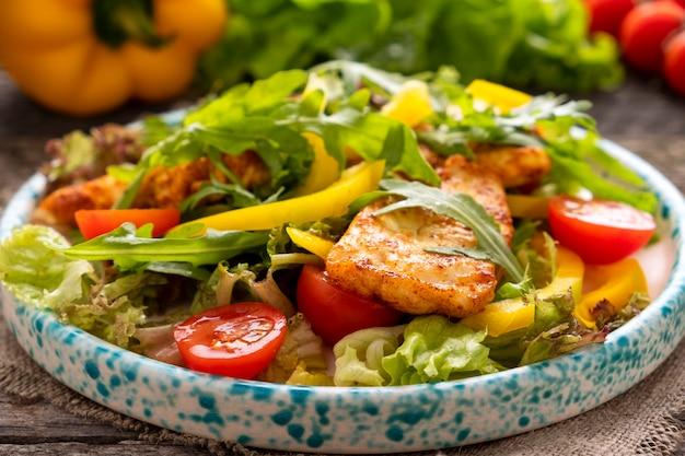 De gebraden verse groenten van de kippenfilet op een plaat. gezond en dieet voedselconcept. detailopname