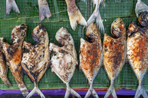 De gebraden zeevis voor verkoopt bij de markt van het straatvoedsel in kota kinabalu, eiland borneo, maleisië, close-upzeevruchten