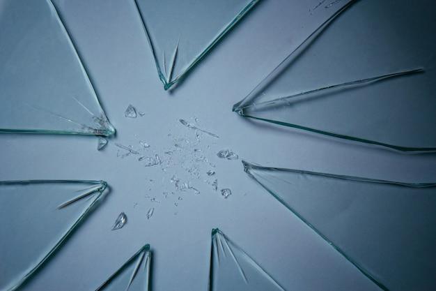 De gebroken stukken van de glasstapel van textuur en achtergrond die op wit, gebarsten venstereffect wordt geïsoleerd. noodsituatie.