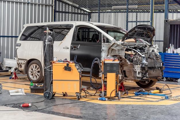 De gecrashte auto's worden gerepareerd in de autoservice van de garage.