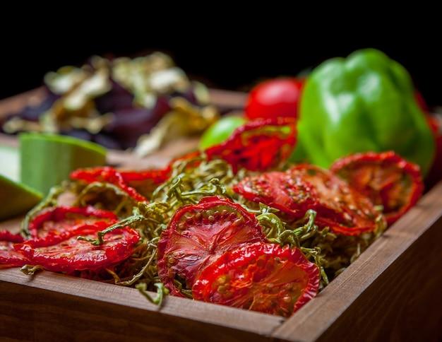 De gedroogde groenten van het zijaanzichtclose-up in houten doos