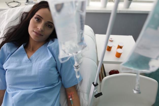 De geduldige vrouw ligt op bed in het afdelings medische ziekenhuis