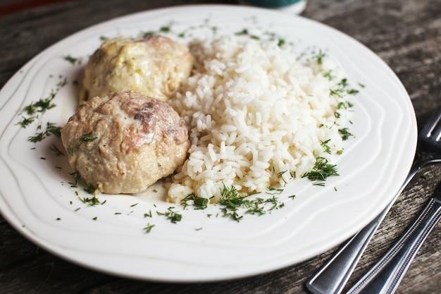 De gehaktballen van turkije met rijst op rustiek hout