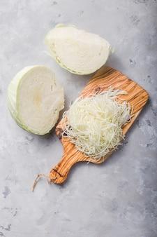 De gehakte verse organische kool op houten scherpe raad treft voor het koken voorbereidingen. bovenaanzicht