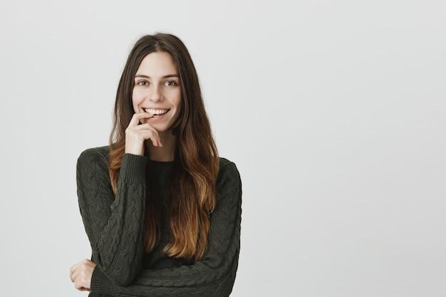 De geinteresseerde glimlachende vrouw luistert goed idee, heeft plan