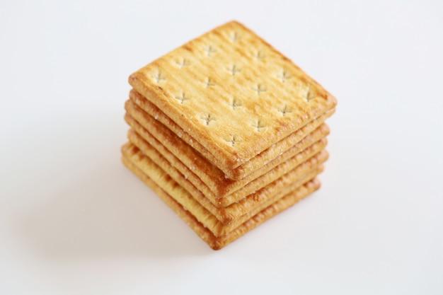 De geïsoleerde kaas van het het dessertkoekje van de crackersnack op witte achtergrond