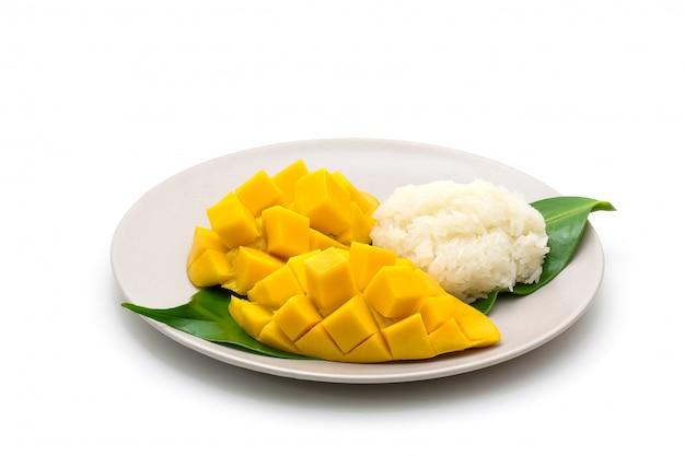 De geïsoleerde schotel van snijdt mooie gele mango met kleverige rijst op wit