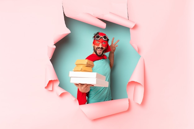 De gekke superheldman haalt gelukkig en trots het fastfoodconcept weg