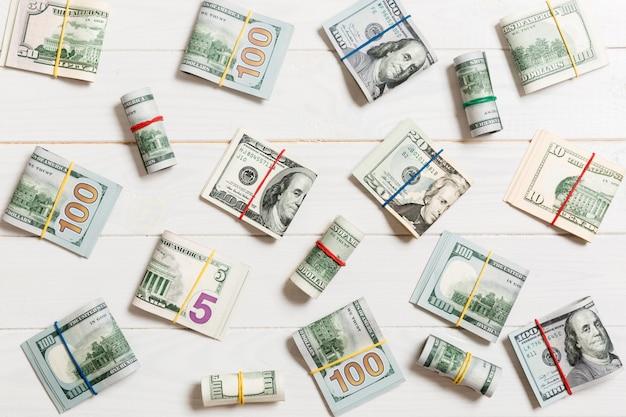 De gekleurde rekeningen van geld amerikaanse honderd dollars op bovenkant wiev met copyspotekst in zaken
