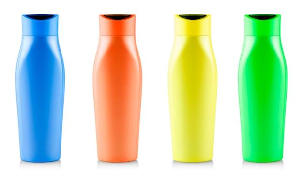 De gekleurde shampooflessen. geïsoleerd op witte achtergrond