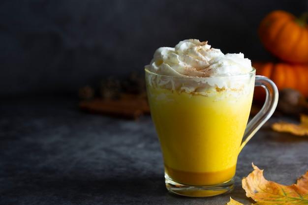 De gekruide gouden herfst van de melkpompoen drinkt milkshake met roomschuim
