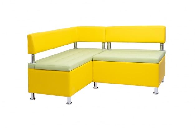 De gele bank van het leerbureau met de benen van het metaalchroom die op wit worden geïsoleerd