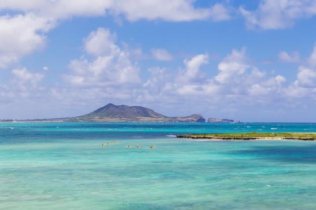 De gele kajaks in turkooise wateren nadert kailua-strand op oahu, hawaï