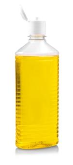 De gele lege shampoofontainer die op wit wordt geïsoleerd
