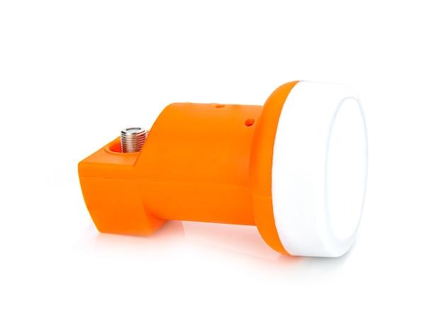 De geluidsarme blok neer convertor (lnb) isoleerde witte muur.