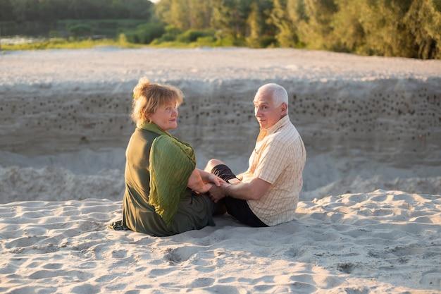 De gelukkige bejaarde oudsten koppelen in de zomerpark