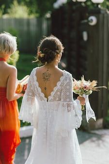 De gelukkige bruid en haar beste vriend op huwelijksfeest, bruidsmeisjes