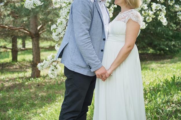 De gelukkige echtgenoot en zijn zwangere vrouw wachten ongeduldig op hun baby.