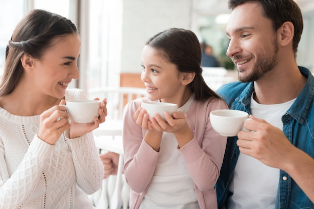 De gelukkige familie heeft tein cosy cafe winter warmth.