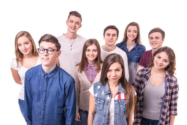 De gelukkige glimlachende jonge groep stelt
