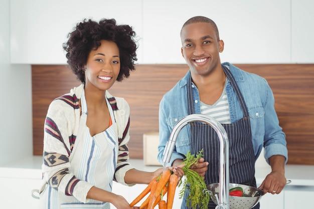 De gelukkige groenten van de paarwas in de keuken