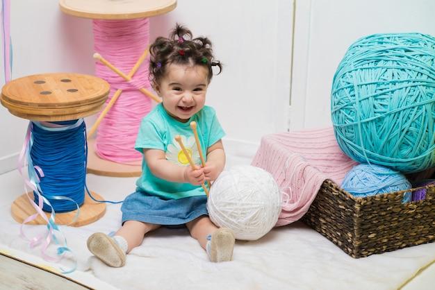 De gelukkige het glimlachen zoete zitting van het babymeisje op bank, feestvarken, één éénjarige