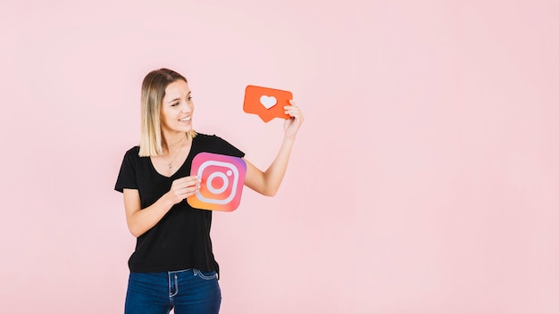 De gelukkige jonge liefde van de vrouwenholding en instagram pictogram