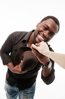 De gelukkige jonge man kleedde zich in de hand van de de holdingsvrouw van het overhemd