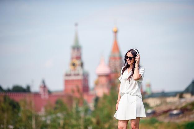 De gelukkige jonge stedelijke vrouw geniet van zijn onderbreking in de stad