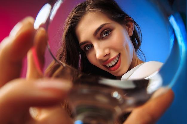 De gelukkige jonge vrouw. emotioneel vrouwelijk schattig gezicht.
