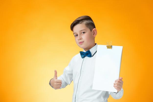 De gelukkige jongen die duimen tonen ondertekent omhoog ok