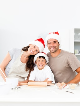 De gelukkige koekjes van kerstmis van het familiebaksel samen