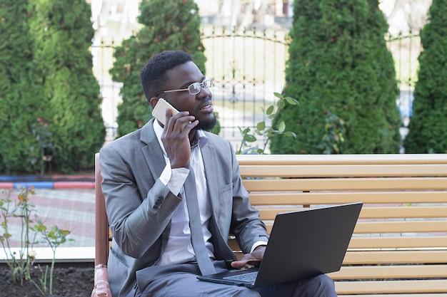 De gelukkige man op straat met laptop, freelancen