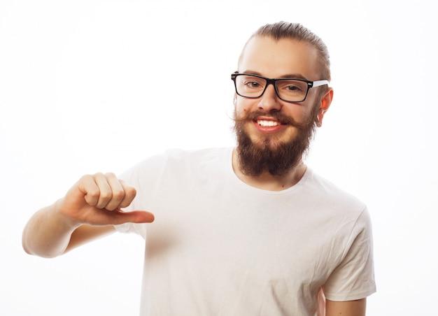 De gelukkige mens die duimen geeft ondertekent omhoog