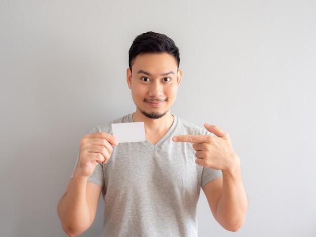 De gelukkige mens toont een witte creditcard.