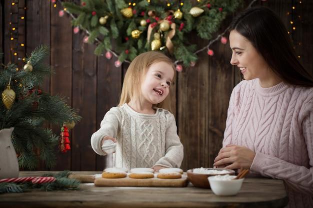 De gelukkige moeder en dochter maken kerstmiskoekjes